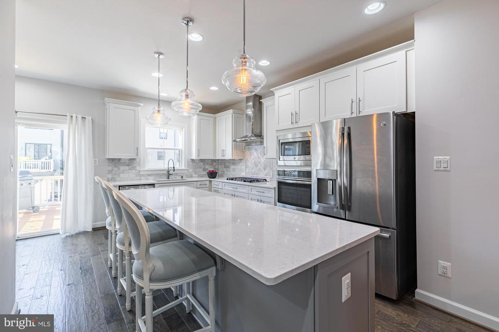 Eat in kitchen with 12ft quartz topped island - 3167 VIRGINIA BLUEBELL CT, FAIRFAX