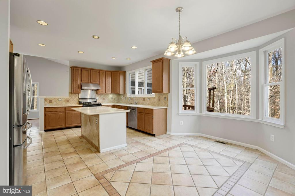 Open and Bright Kitchen & Breakfast Room - 47208 REDBARK PL, STERLING