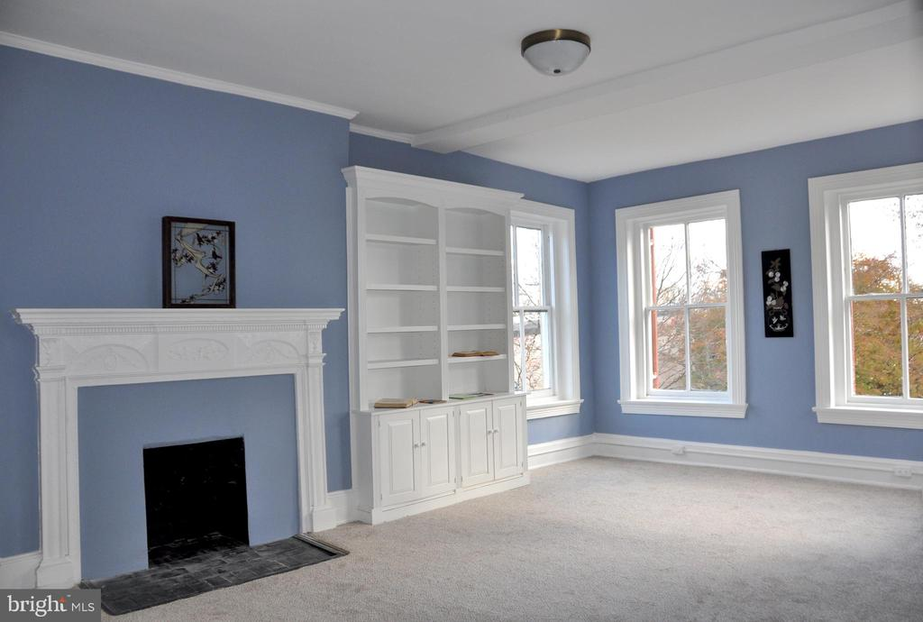 Large bedroom with built-in bookcases - 4343 39TH ST NW, WASHINGTON