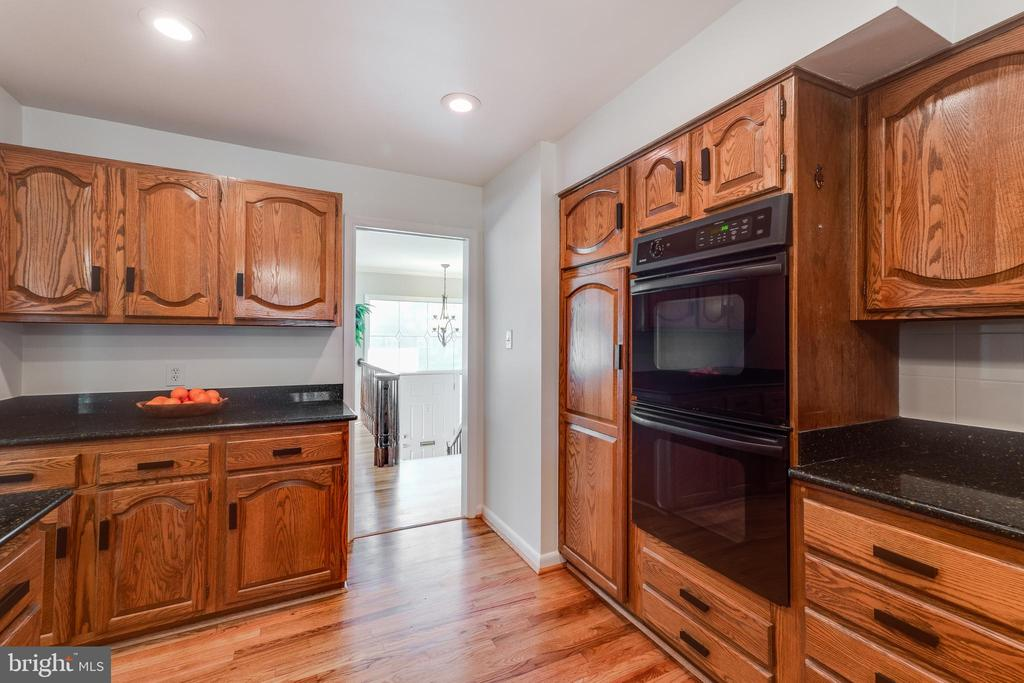 Dual wall ovens perfect for cooking - 10300 WOOD RD, FAIRFAX