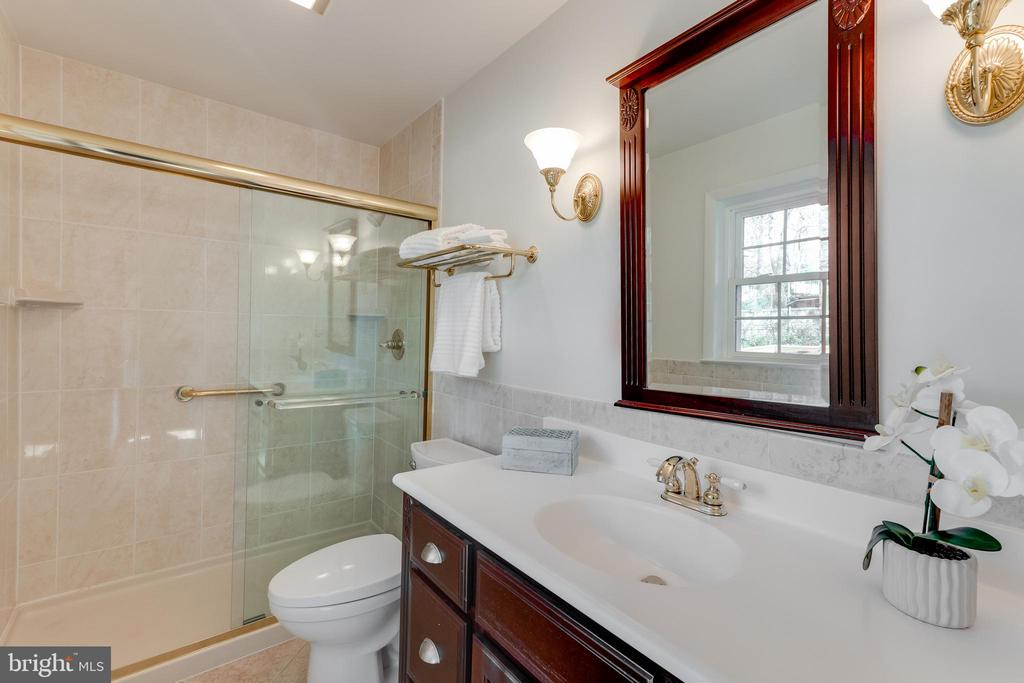 Updated en-suite bathroom - 10300 WOOD RD, FAIRFAX