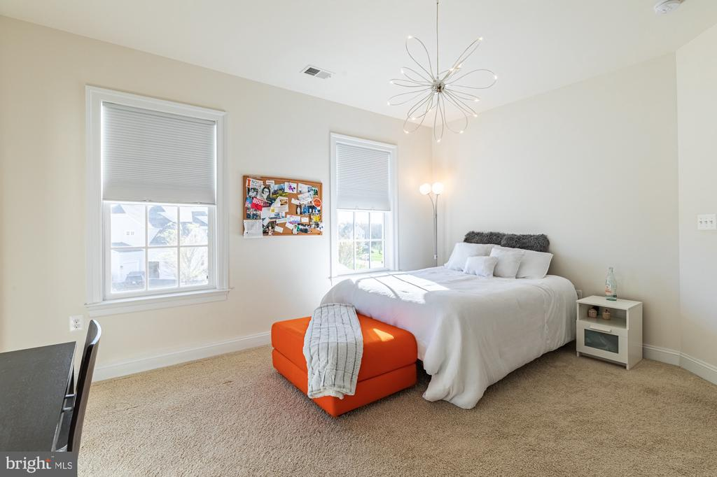 Bedroom 4 with natural light - 41932 CLOVER VALLEY CT, ASHBURN