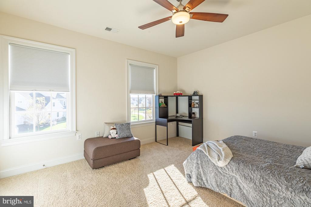 Bedroom 3 with natural light - 41932 CLOVER VALLEY CT, ASHBURN