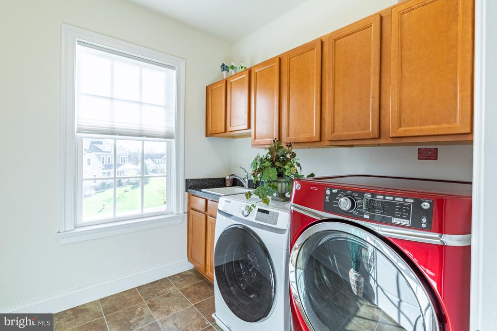 Separate laundry room on bedroom level - 41932 CLOVER VALLEY CT, ASHBURN