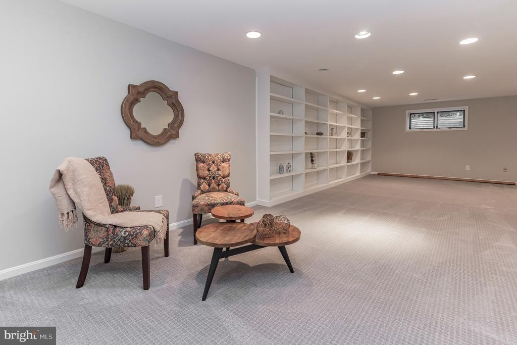 Family room with built in bookshelves - 31 N OAKLAND ST, ARLINGTON