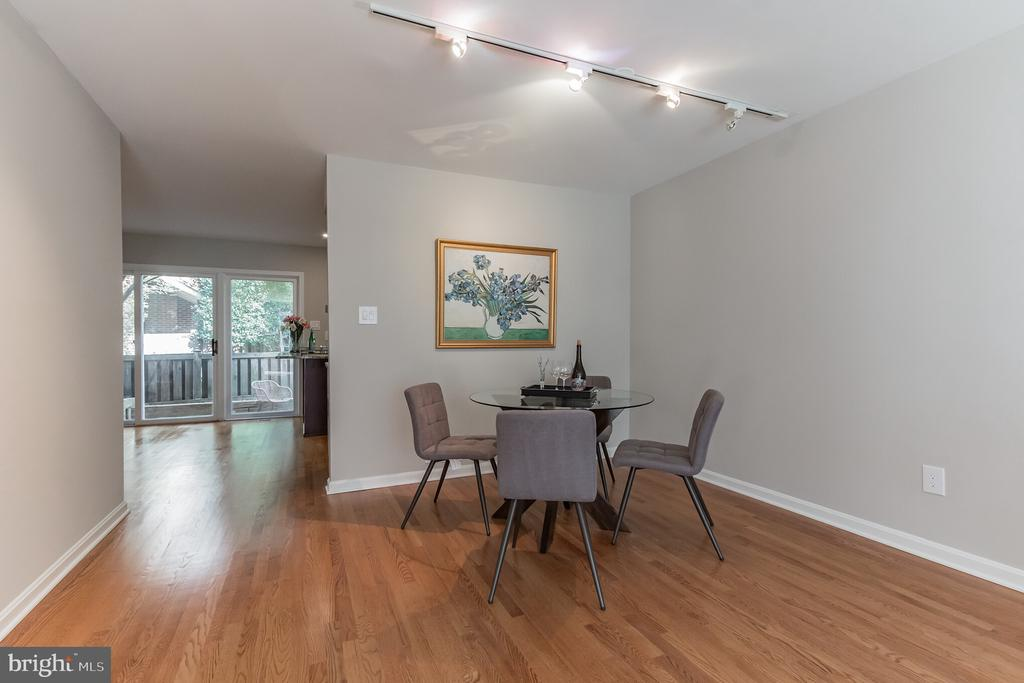 Dining area connects to kitchen - 31 N OAKLAND ST, ARLINGTON