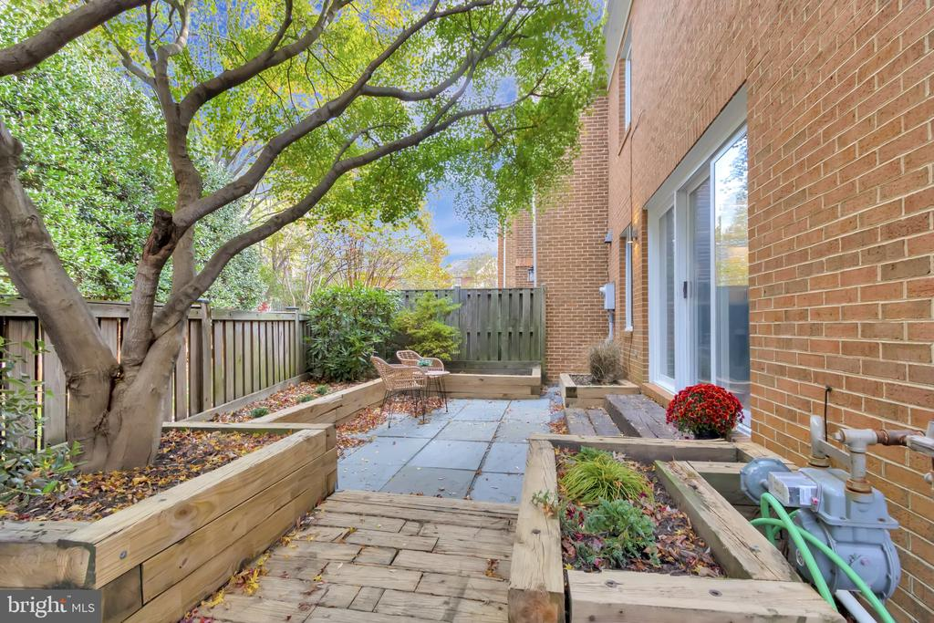 Private patio - 31 N OAKLAND ST, ARLINGTON
