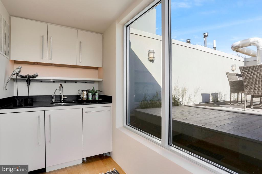 Bar area perfect for entertaining leads to second - 1515 15TH ST NW #708, WASHINGTON