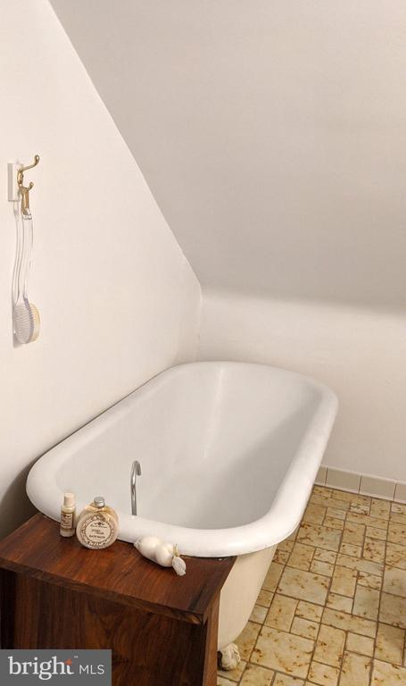 Claw foot tub -hall bath 3rd floor - 4343 39TH ST NW, WASHINGTON