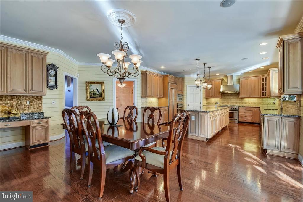 Eat in Table Space - 25542 MIMOSA TREE CT, CHANTILLY