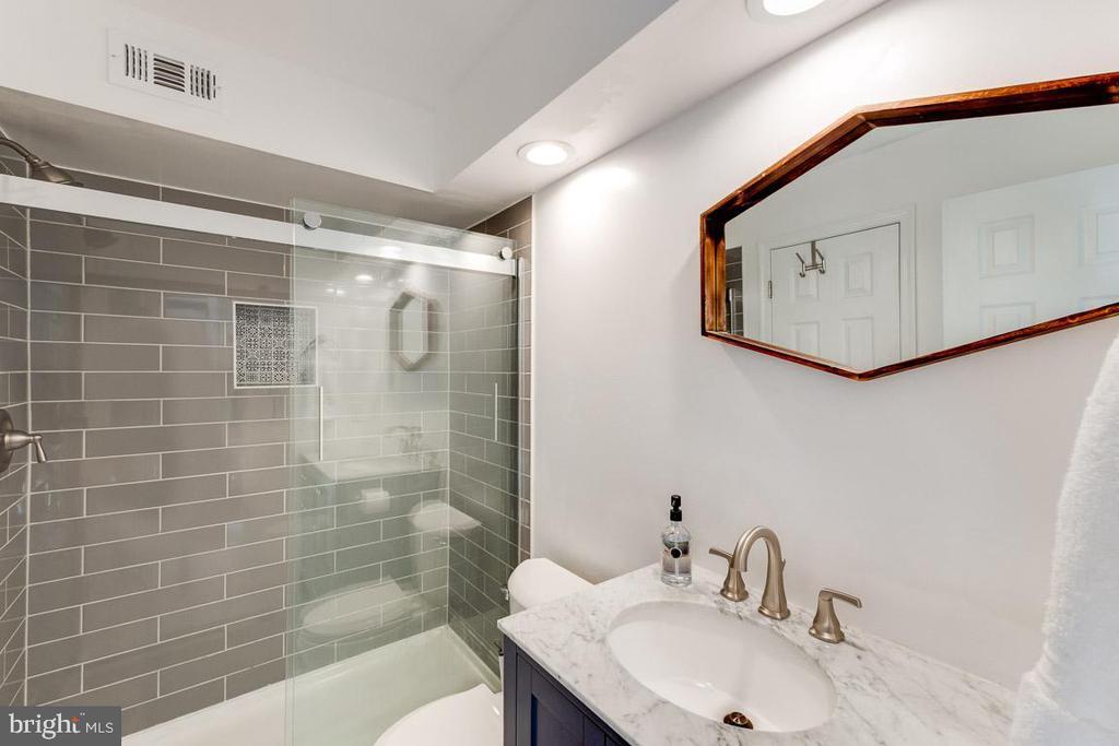 Updated bath with tiled shower - 6922 ELLINGHAM CIR #122, ALEXANDRIA