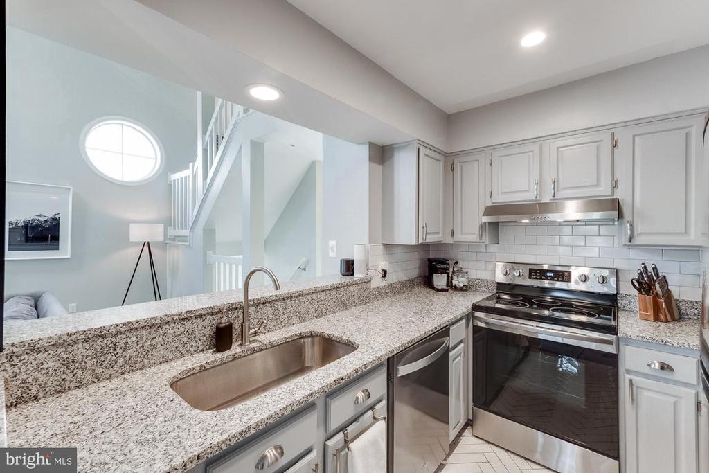 Completely updated Kitchen including tile flooring - 6922 ELLINGHAM CIR #122, ALEXANDRIA