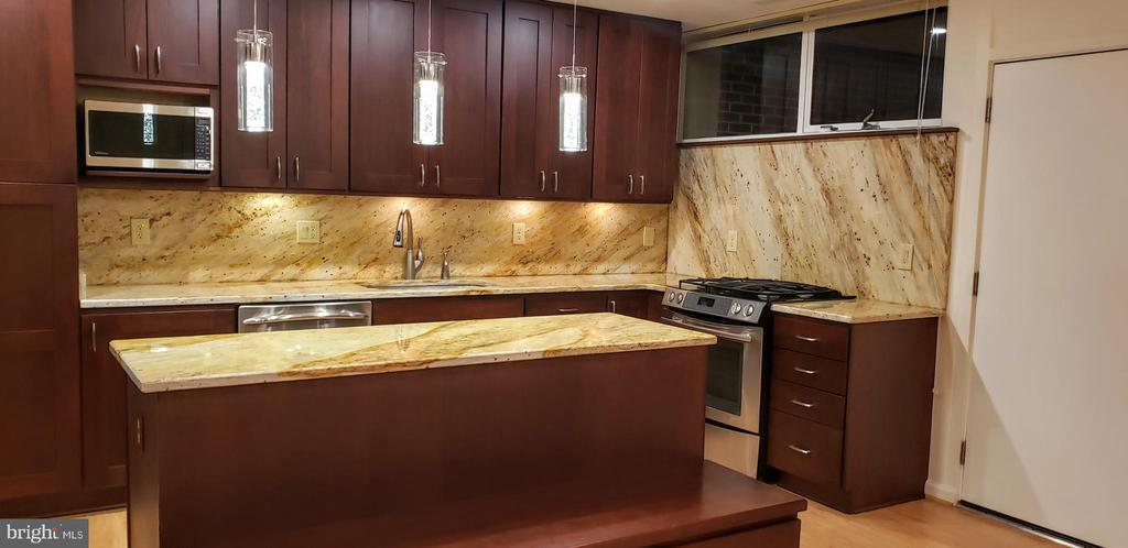 Exquisite Giallo River polished granite - 11503 MAPLE RIDGE RD, RESTON
