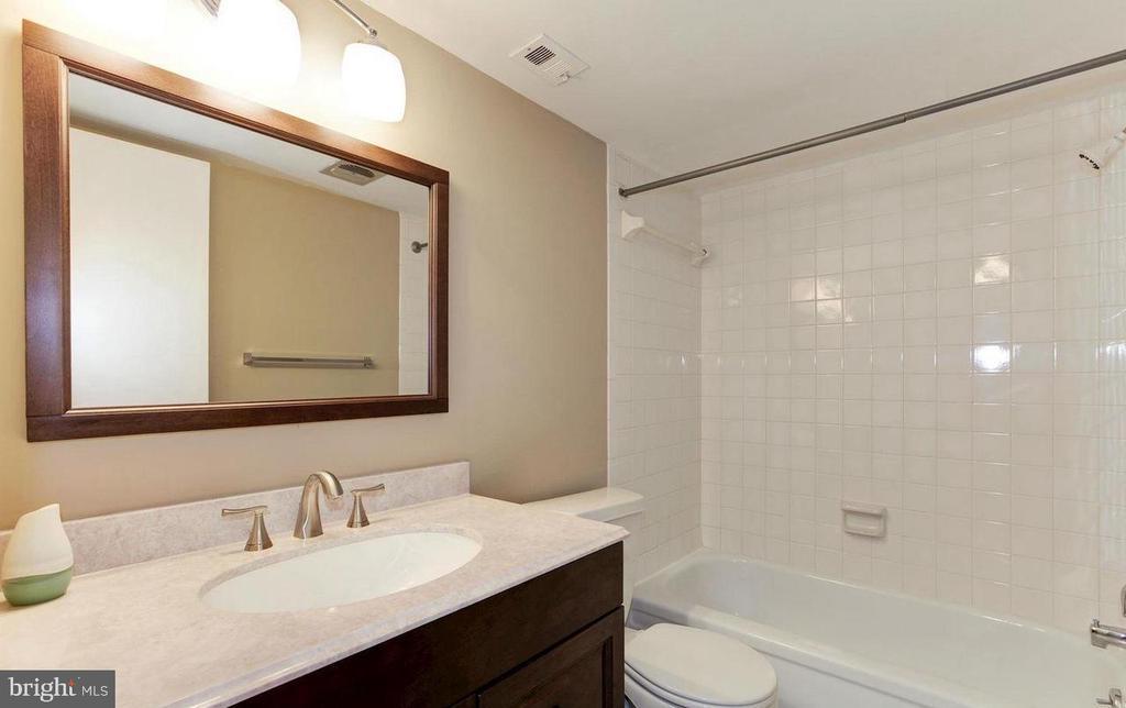 Hall full bath - 816 QUINCE ORCHARD BLVD #102, GAITHERSBURG