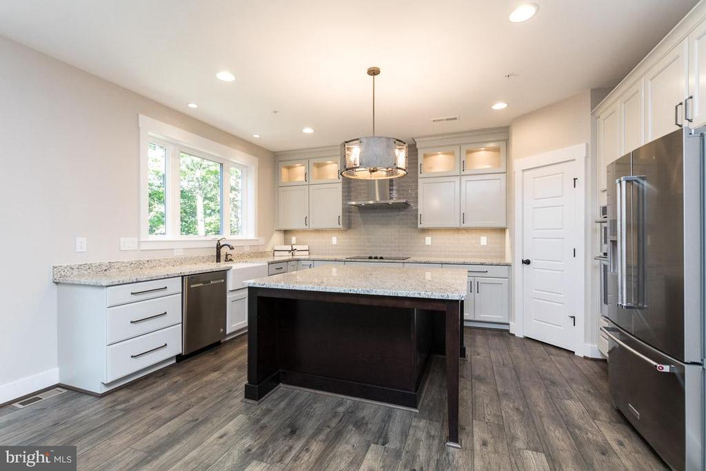 Stunning granite and stainless steel appliances. - 6789 ACCIPITER DR, NEW MARKET