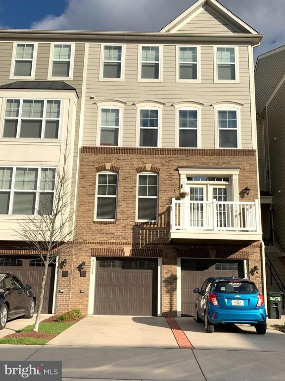 Front entrance 1 car garage townhouse - 43374 TOWN GATE SQ, CHANTILLY