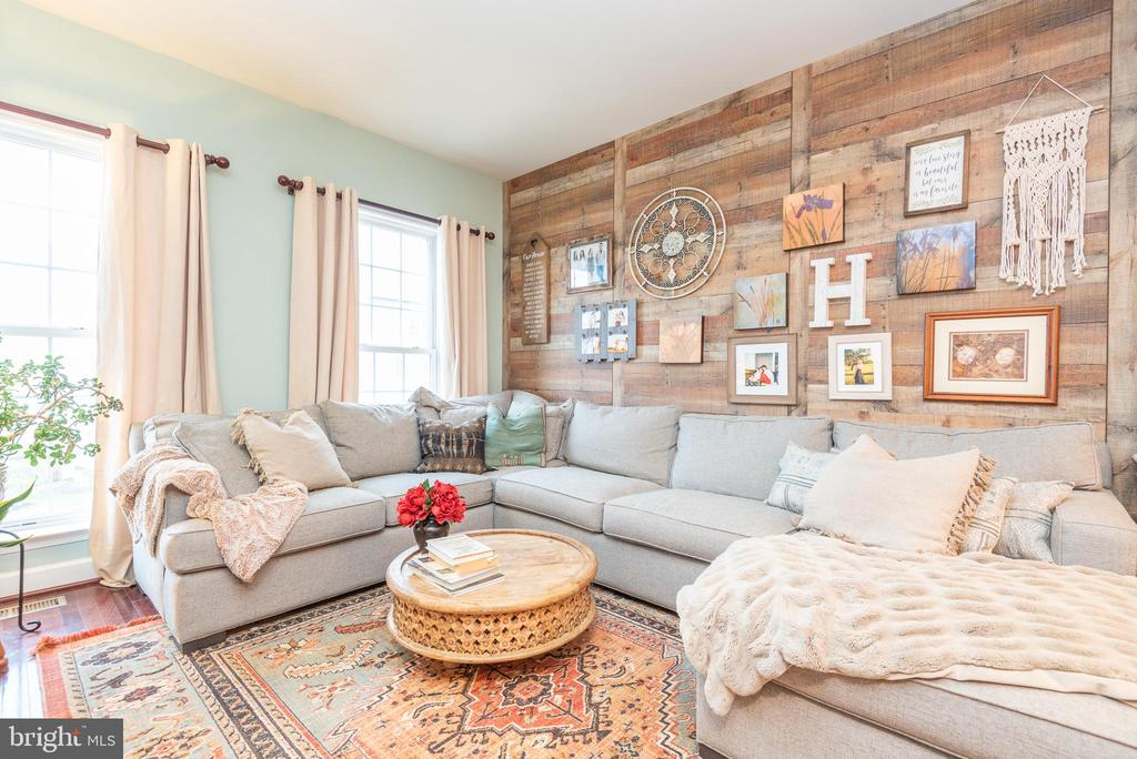 Cozy  living room with lovely  farmhouse styling - 194 STAR VIOLET TER SE, LEESBURG