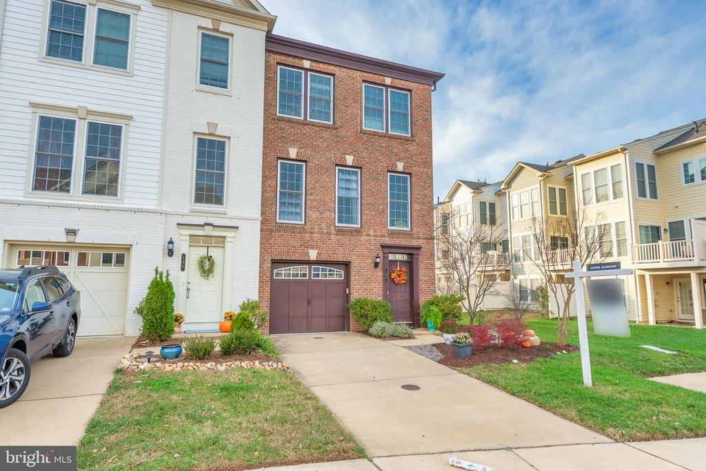 One car garage and LOTS of guest parking nearby - 194 STAR VIOLET TER SE, LEESBURG