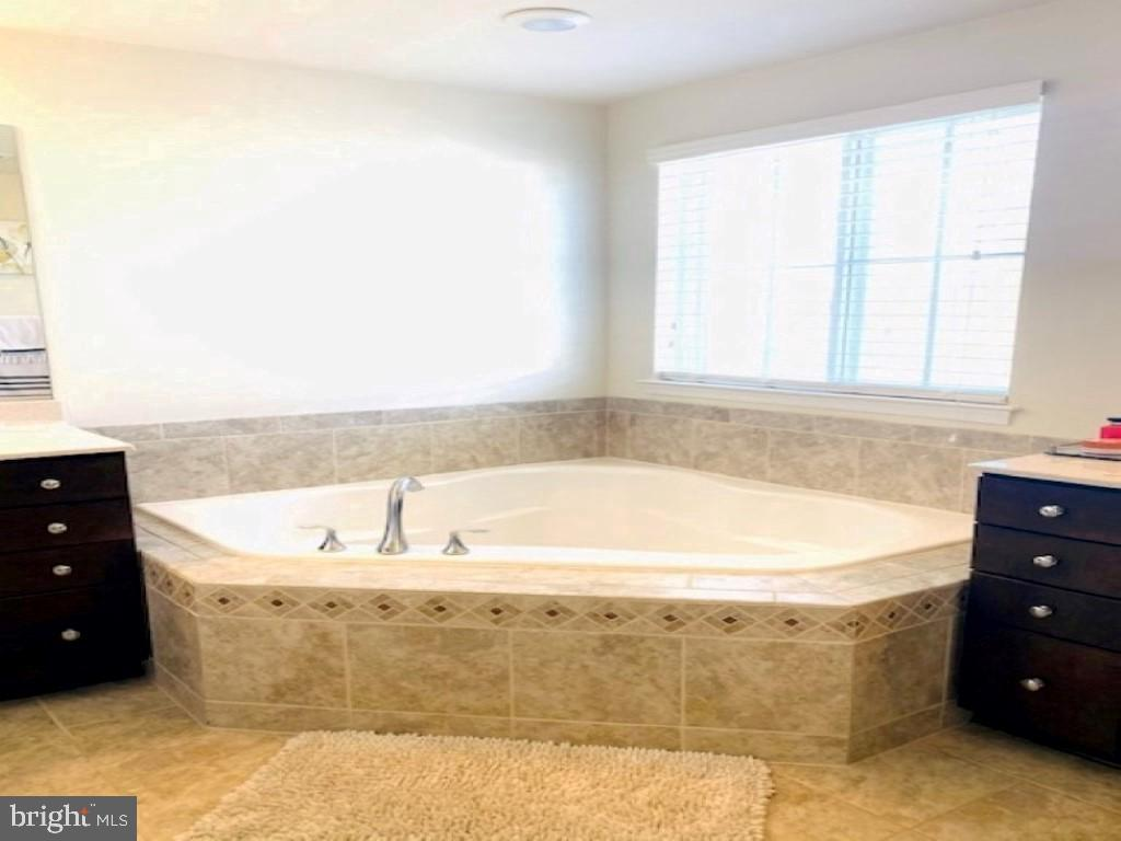 Primary bathroom soaking tub with separate shower - 43374 TOWN GATE SQ, CHANTILLY