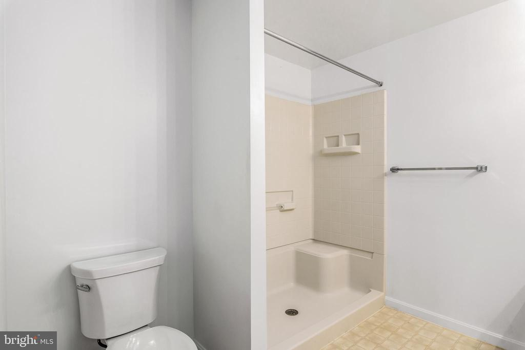 Bath with step-in shower and shower seat - 19355 CYPRESS RIDGE TER #405, LEESBURG