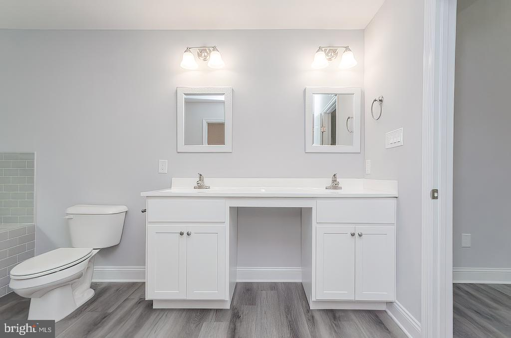 Dual vanities - 986 LOWER CLUBHOUSE DR, HARPERS FERRY