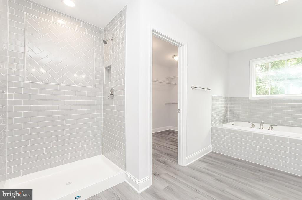Primary bath - 986 LOWER CLUBHOUSE DR, HARPERS FERRY