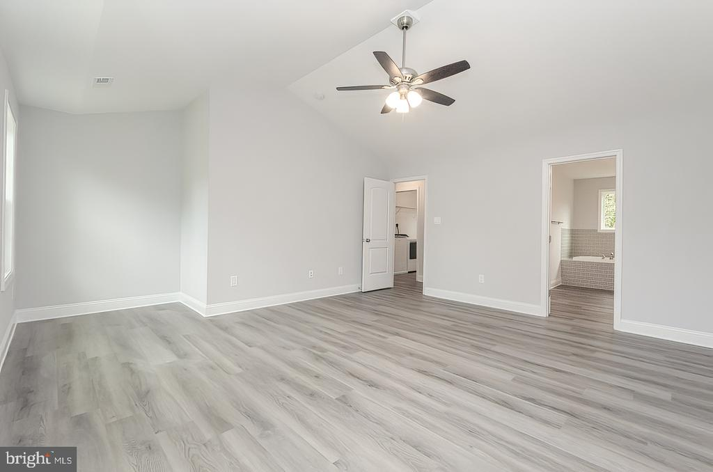 Primary Suite with Vaulted ceilings - 986 LOWER CLUBHOUSE DR, HARPERS FERRY