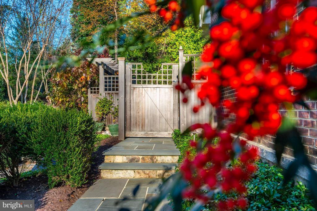 Backyard Slate Walk - 6622 MALTA LN, MCLEAN