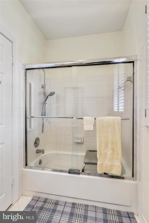 Guest house bathroom - 22956 CARTERS FARM LN, MIDDLEBURG