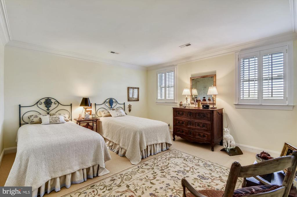 Guest house bedroom - 22956 CARTERS FARM LN, MIDDLEBURG