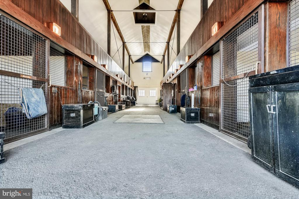 Brood mare barn - 22956 CARTERS FARM LN, MIDDLEBURG