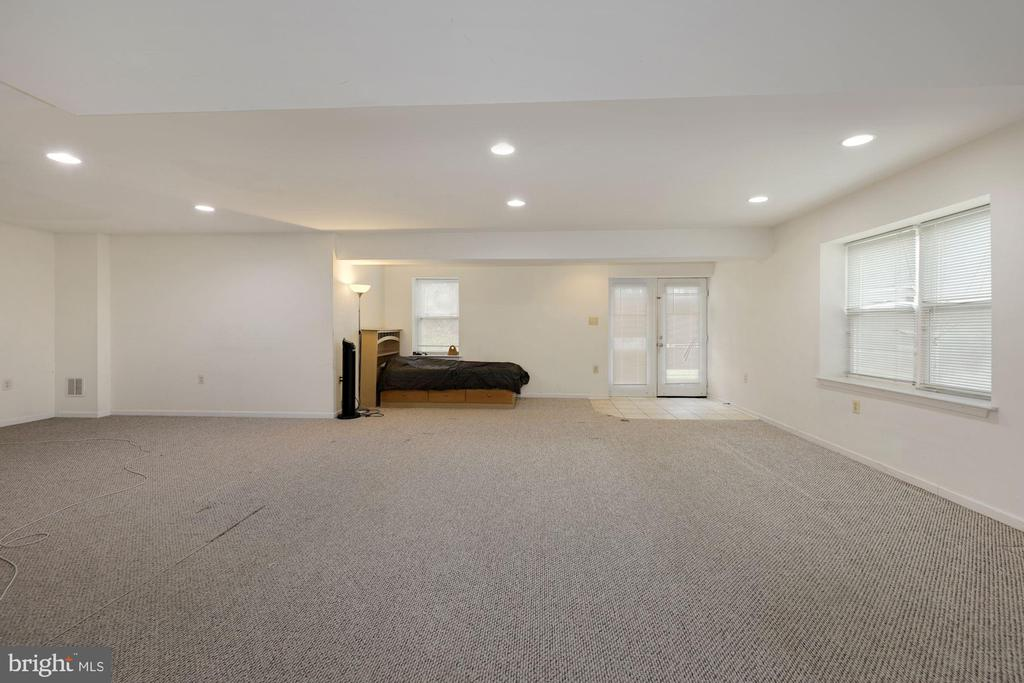 Large Family Room to Walkout basement - 12529 STRATFORD GARDEN DR, SILVER SPRING