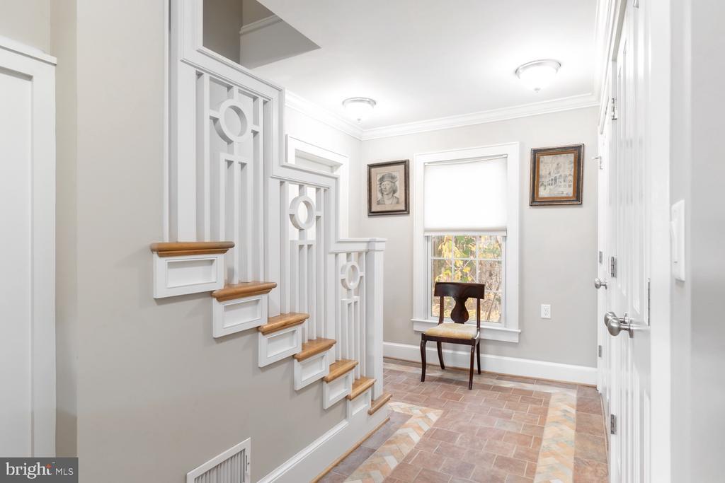 Custom Staircase - 8515 RIVERSIDE RD, ALEXANDRIA