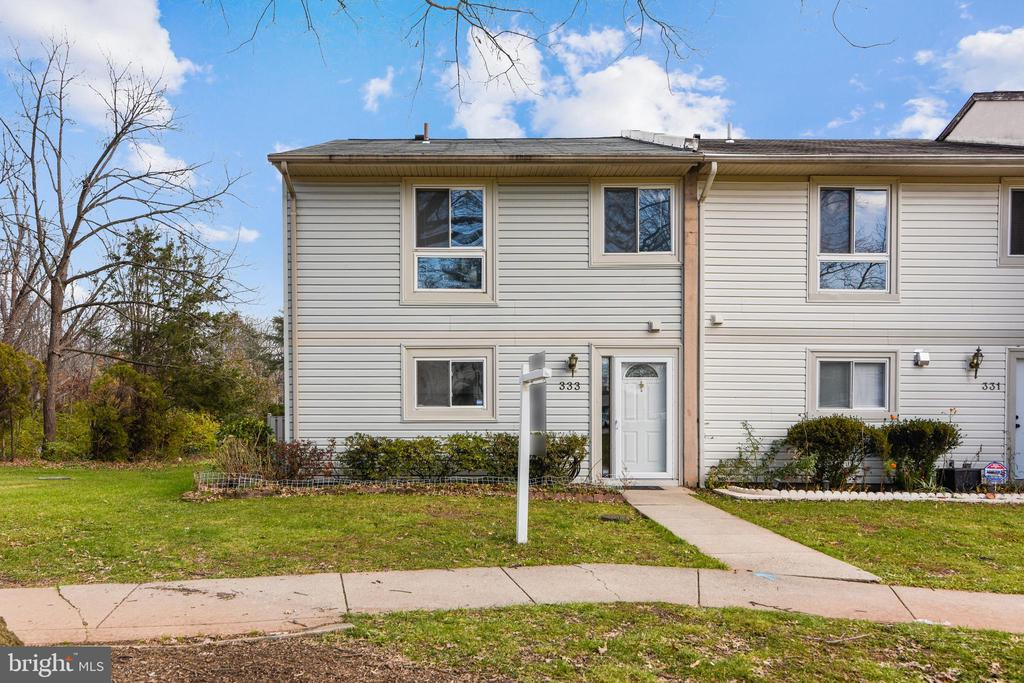End Unit townhome next to common area - 333 RENEAU WAY, HERNDON