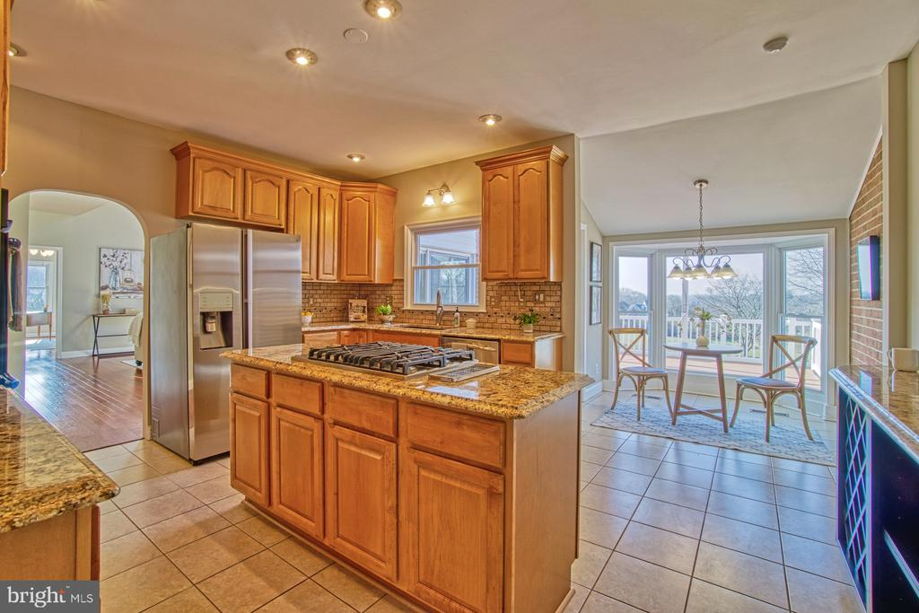 Bright and Sunny Kitchen - 18914 SHELBURNE GLEBE RD, LEESBURG