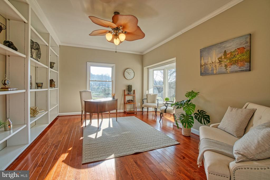 Charming Den/Office with Built In - 18914 SHELBURNE GLEBE RD, LEESBURG
