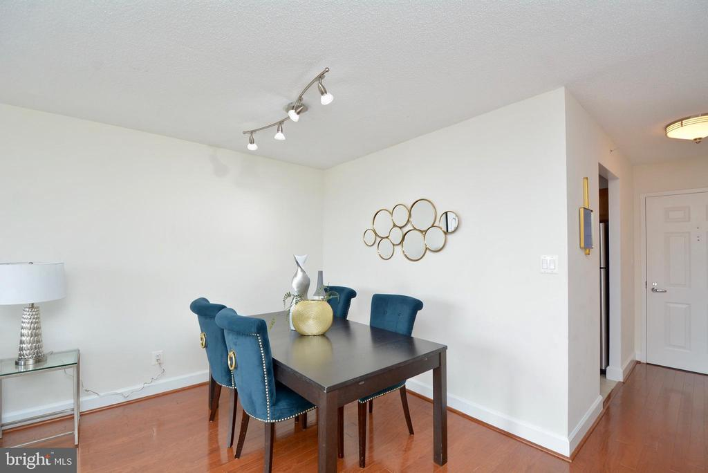 Plenty of room for relaxed dining - 3401 38TH ST NW #705, WASHINGTON