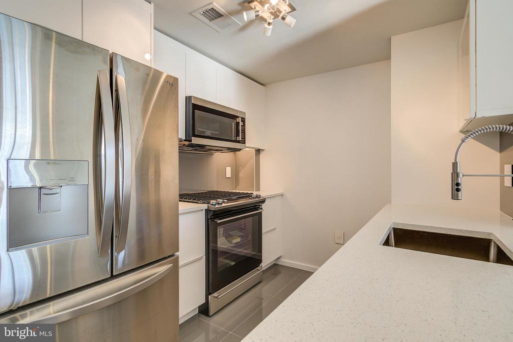 Kitchen, refrigirator W/double doors - 1021 N GARFIELD ST #828, ARLINGTON