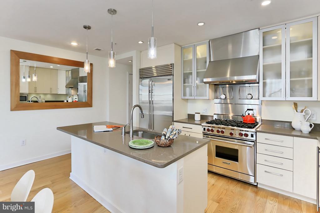 Kitchen island - 1700 CLARENDON BLVD #158, ARLINGTON