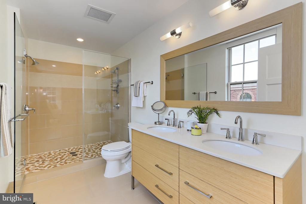 Owner's bathroom - 1700 CLARENDON BLVD #158, ARLINGTON
