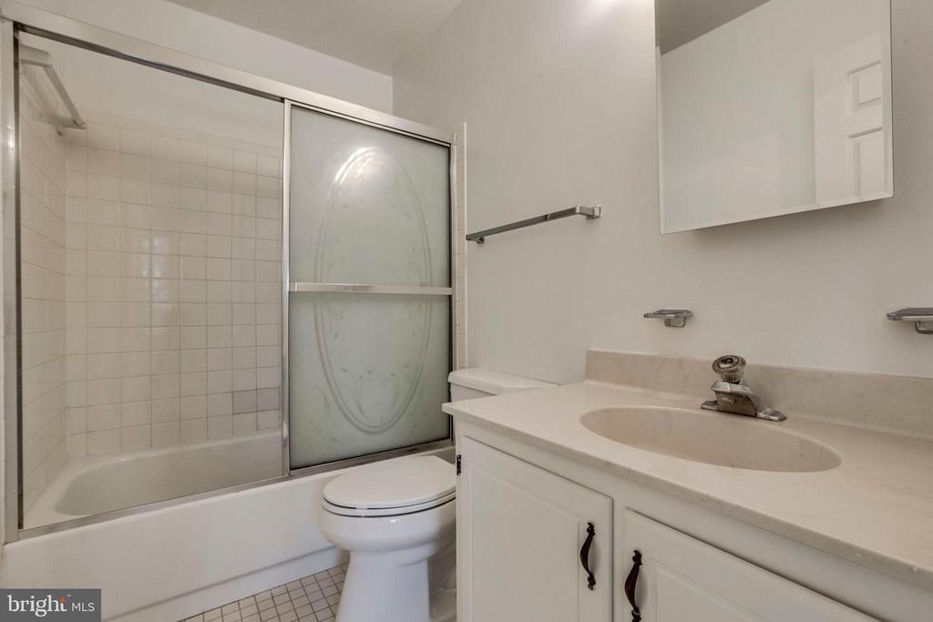Hall Bath - 1185 N VERNON ST, ARLINGTON