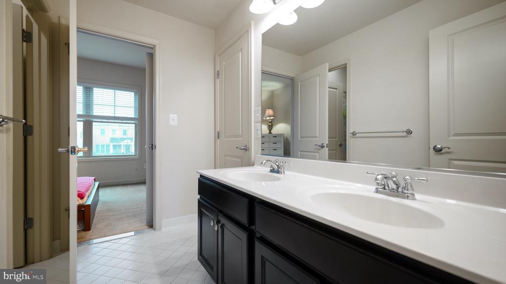 Jack/Jill Bathroom - 13805 TRIBUTE PKWY, CLARKSBURG