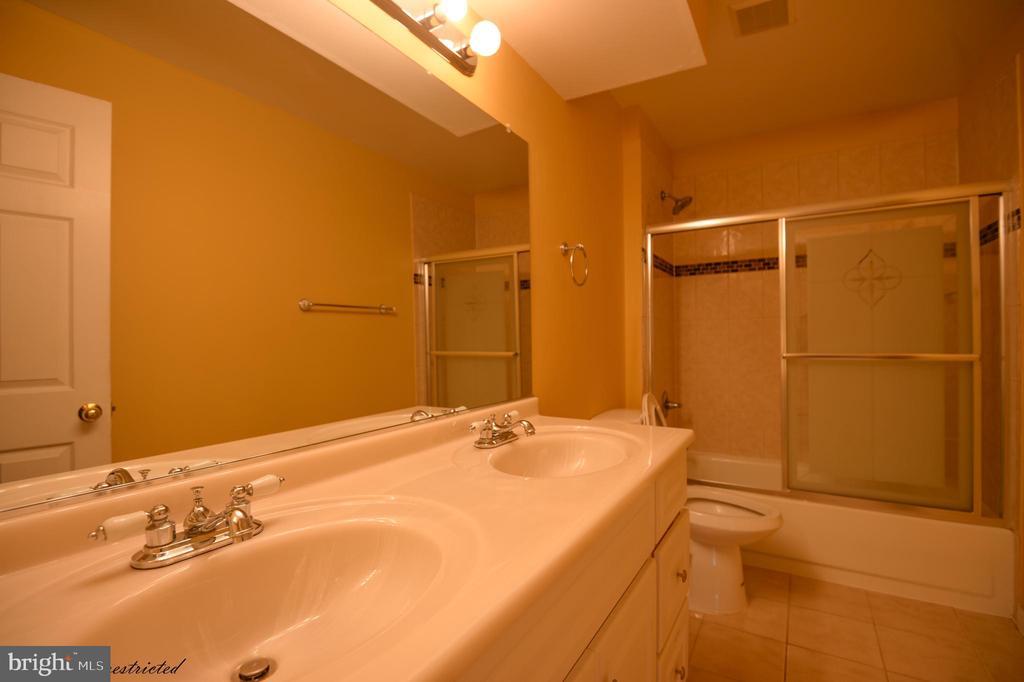 Hall bath - 1118 SUGAR MAPLE LN, HERNDON