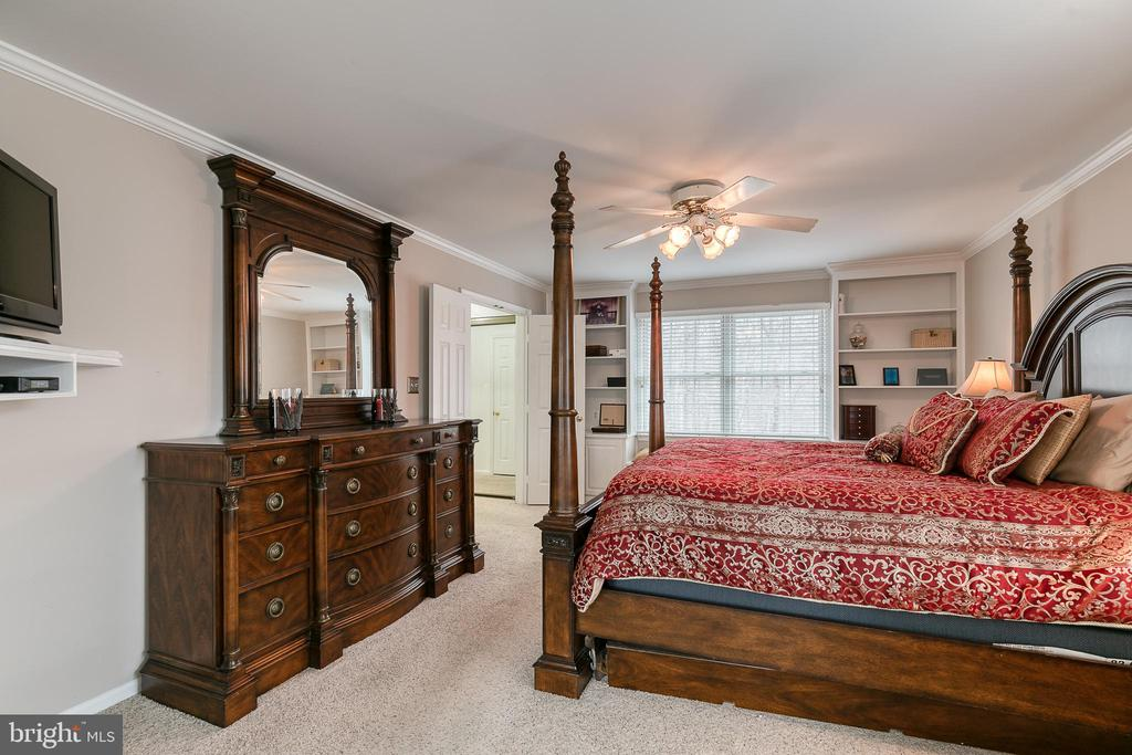 Primary bedroom with built-in bookcases - 49 CHRISTOPHER WAY, STAFFORD