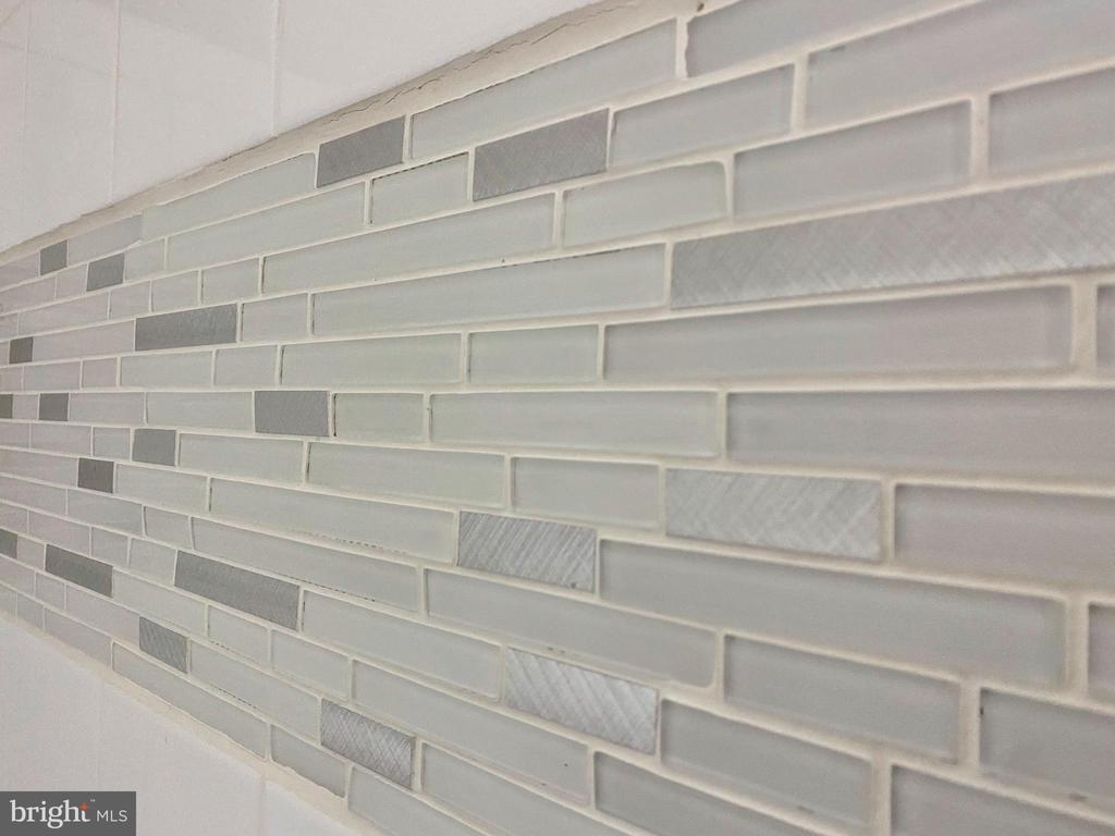 Modern Cracked Glass Mosaic Accents.. - 43552 JACKSON HOLE CIR, LEESBURG