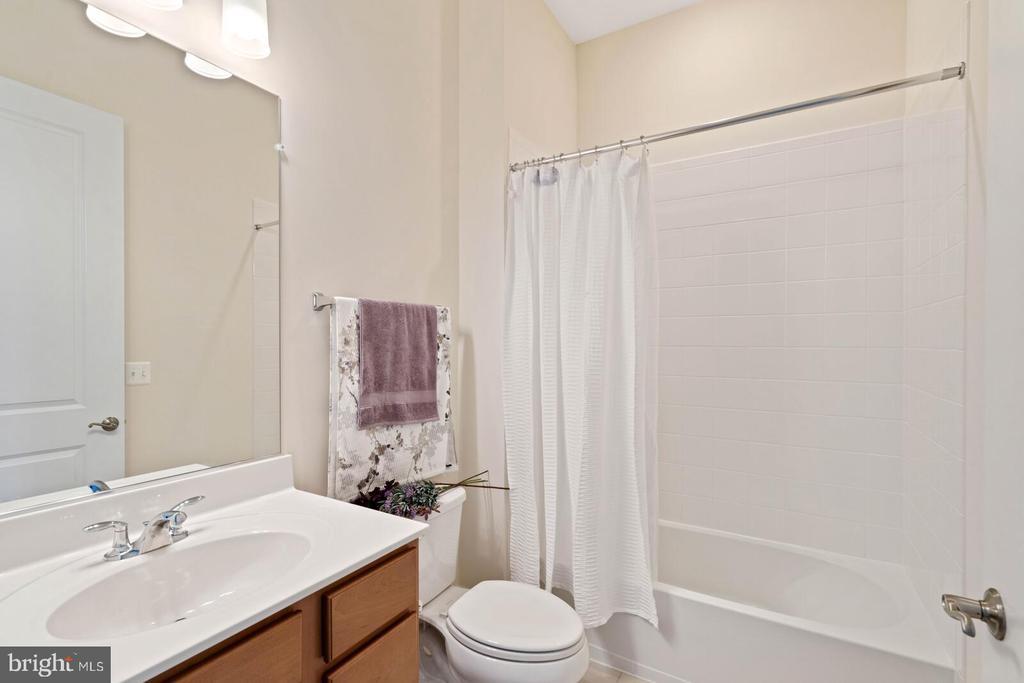 The main level full bath to the suite - 6541 RUNNING CEDAR LN, MANASSAS