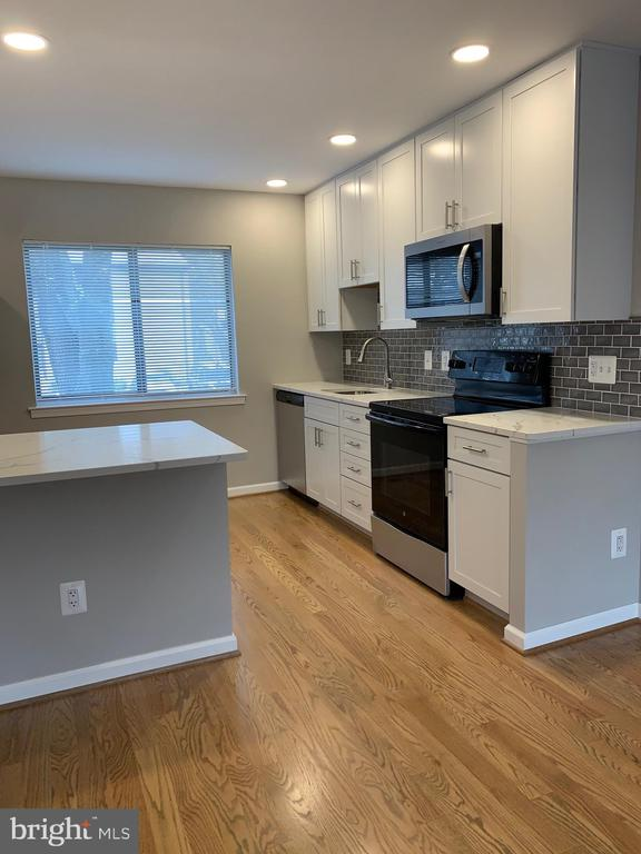 Professionally remodeled kitchen - 11817 COOPERS CT, RESTON