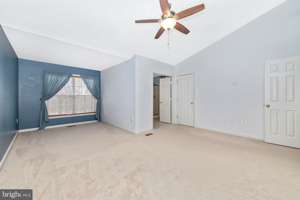 PRIMARY BEDROOM W/ SITTING AREA - 311 GREEN FERN CIR, BOONSBORO