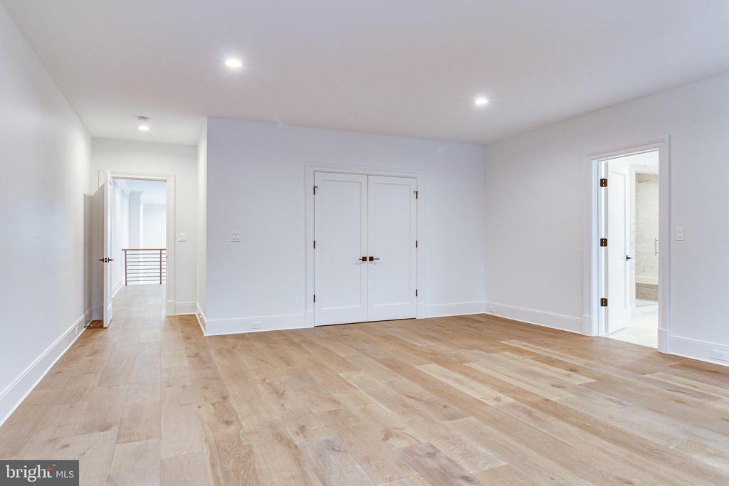 Bedrooms feature wide-plank European Oak flooring - 620 RIVERCREST DR, MCLEAN