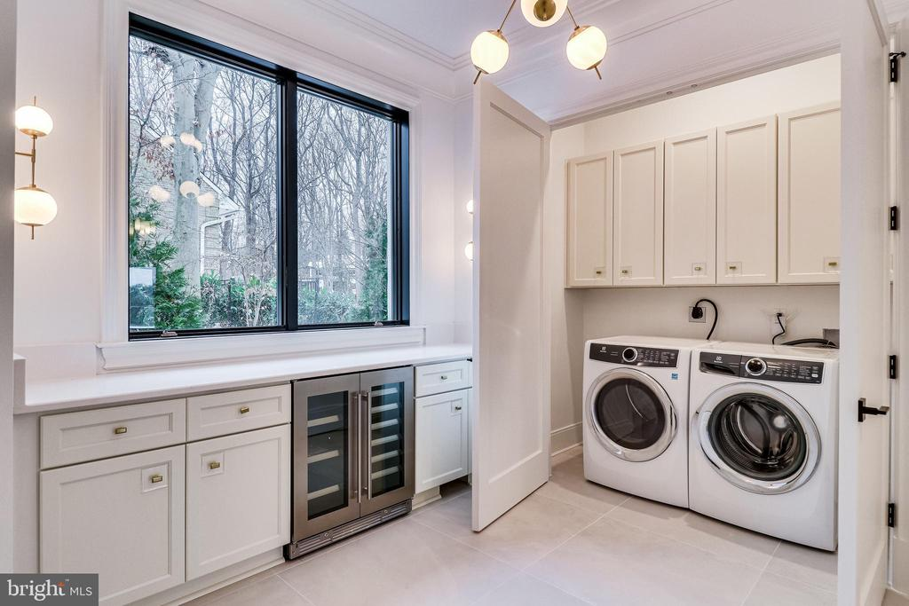 A convenient laundry station - 620 RIVERCREST DR, MCLEAN